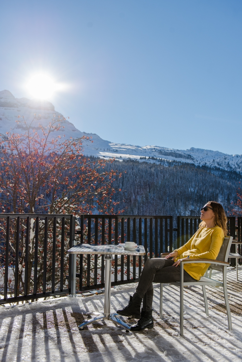 Terrasse montagne hiver femme soleil Flaine
