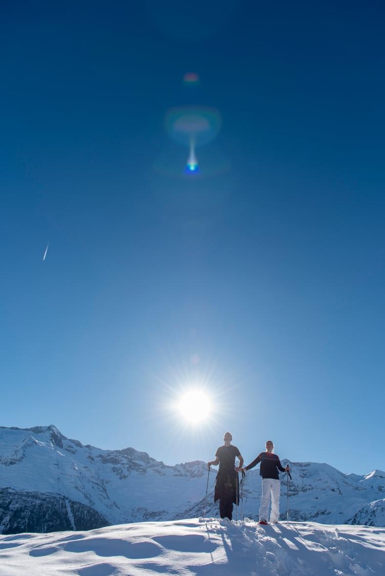 couple amoureux balade raquette montagne enneigé soleil ©MatthieuParent