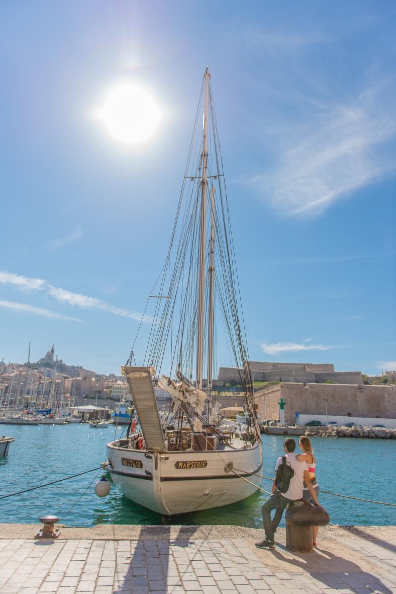 couple amoureux Vieux Port de Marseille notre Dame de la Garde